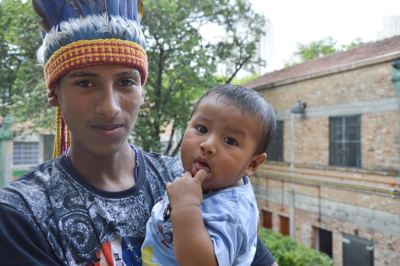 Werá et son fils.  (photo Maëva Poulet/8e étage)