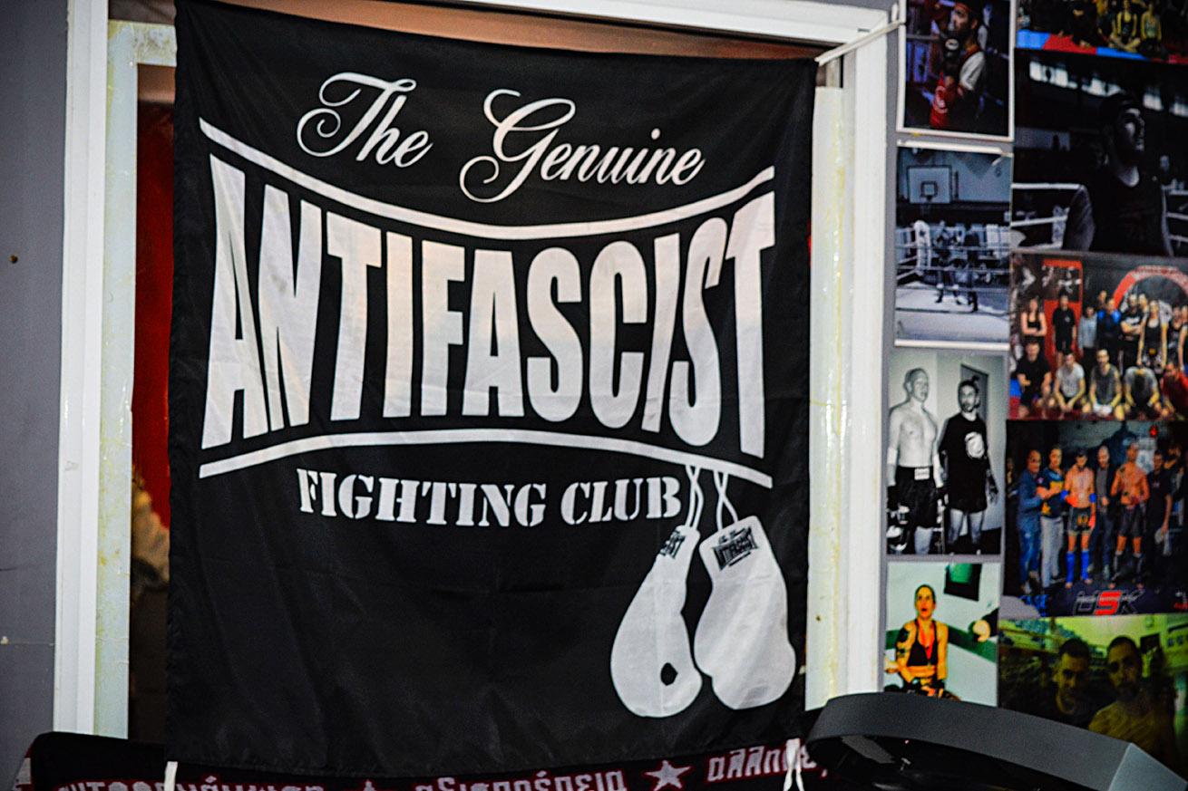 «Nous sommes un club de boxe thaï antifasciste. En Grèce, il est fréquent que les salles de sport soient politiquement affiliées, si on voit «kick-boxing», il y a des chances pour que ce club soit lié à l'extrême droite», indique Ilias Lamprou. (photo Marie Roy/8e étage)