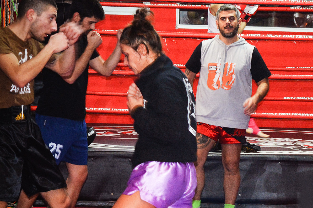 Ilias Lamprou, tee-shirt gris et short rouge, veille à ce que les binômes combattent dans le respect de l'adversaire.  (photo Marie Roy/8e étage)