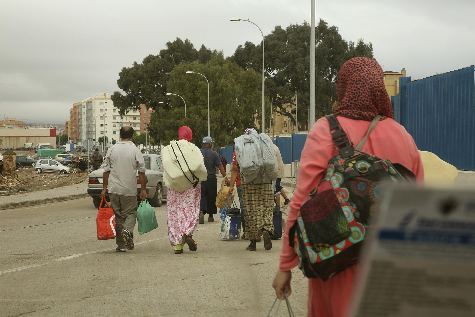 """Shampoings, cigarettes, couches, pyjamas… Des """"femmes mules"""" rapatrient toutes sortes de précieuses marchandises de Melilla, ville espagnole en territoire marocain, jusqu'au Maroc. Une contrebande tolérée grâce à laquelle elles toucheront quelques dirhams. (Photographie de Johann Prod'homme issue du reportage publié sur 8e étage """"À flanc de falaise, rencontre avec les clandestins de Melilla"""")"""