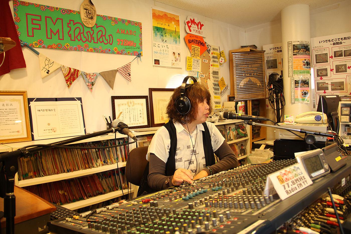 Kim Chiaki est animatrice sur FMYY. Née en 1995, la radio diffuse dans 10 langues pour les étrangers de la région de Kobe. (photo Lisa Castelly/8e étage)