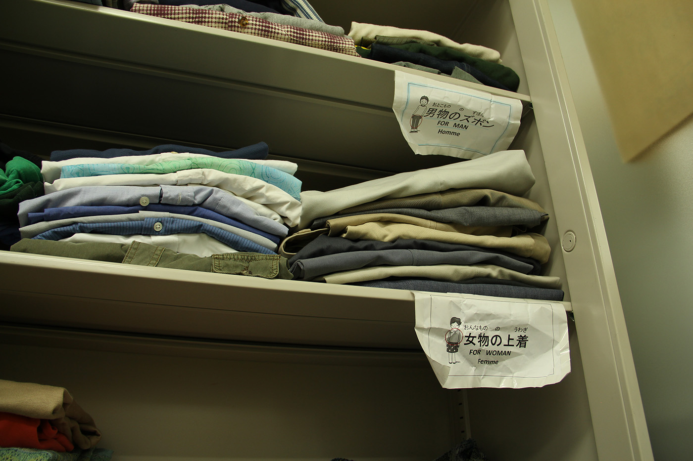 Le petit bureau de Miyuki, chargée des relations publiques de la Japan association for refugees, fait aussi office de cagibi où sont stockés des vêtements et de la nourriture.  (photo Lisa Castelly/8e étage)