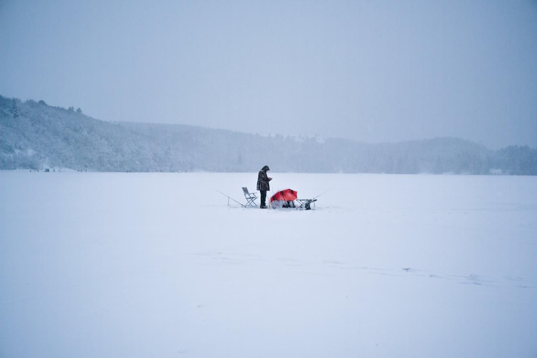Ce pêcheur attend d'avoir une touche. Mais être loin des berges du lac et isolé des autres pêcheurs n'est pas la meilleure façon d'attraper du poisson. (photo Pierre Berthuel/8e étage)