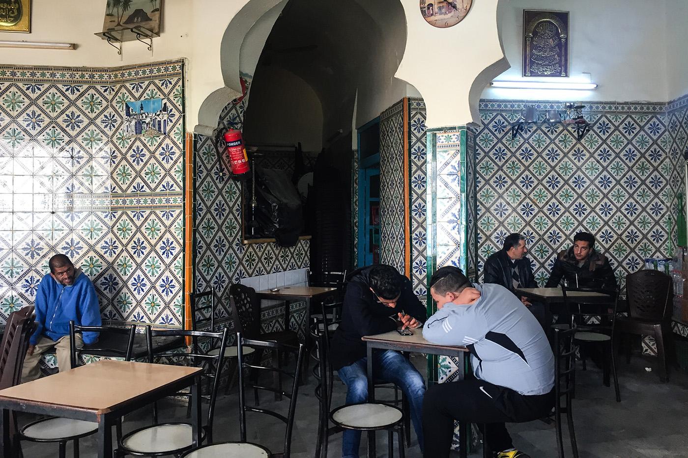 Dans la capitale progressiste Tunis, de nombreux cafés sont encore réservés aux hommes.  (photo Capucine Japhet/8e étage)