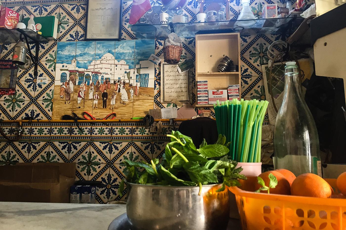 Le comptoir du Café Sabta, à deux pas de la Médina de Tunis. (photo Capucine Japhet/8e étage)