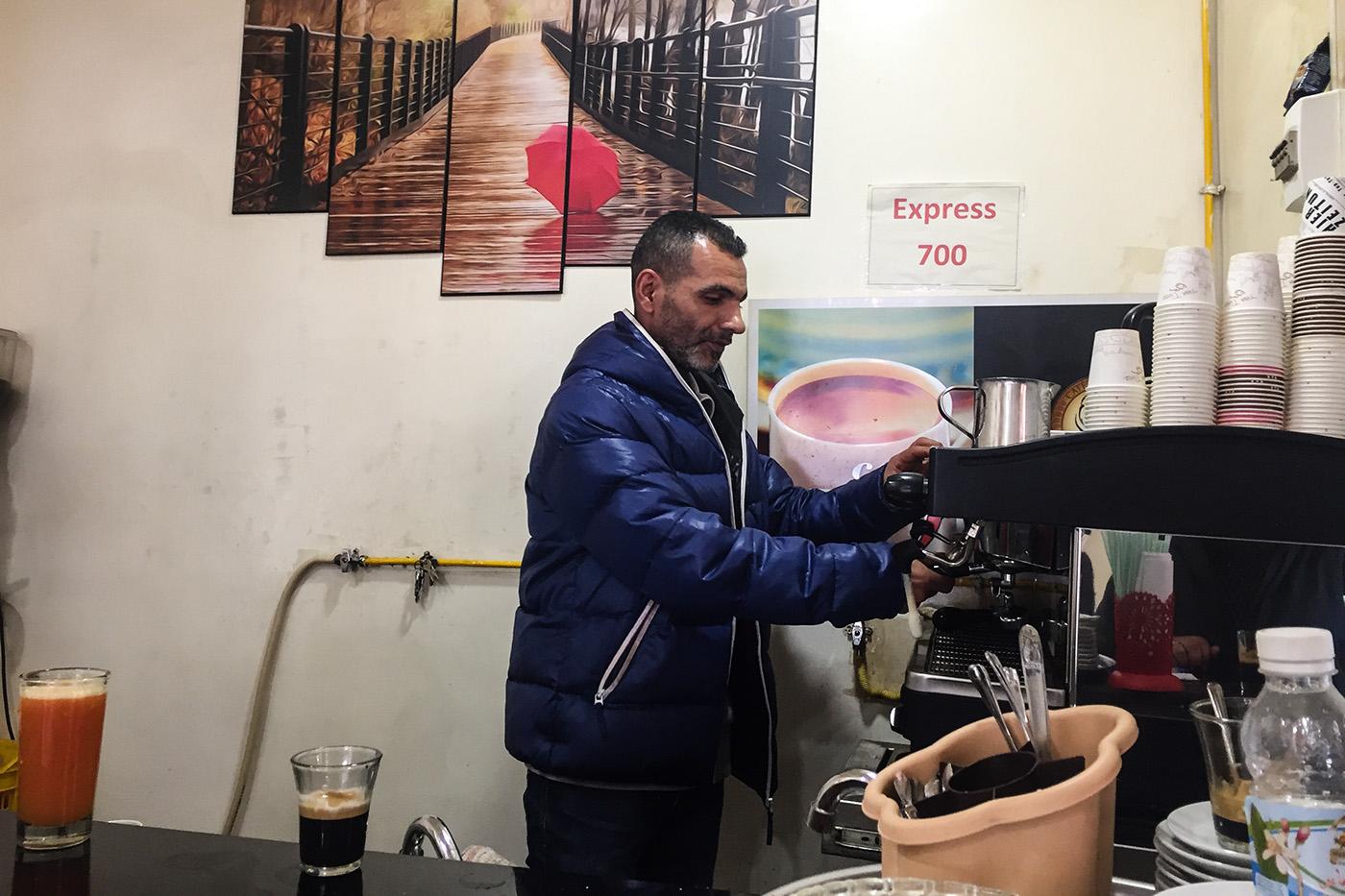Aziz a repris ce café il y a six mois rue Mongi Slim dans le vieux Tunis. (photo Capucine Japhet/8e étage)