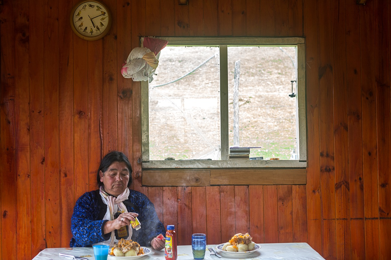 Entre terre et mer, sur l'ile de Chiloe au Chili, les Huilliches, un groupe ethnique d'amérique du sud, vivent en marge de la société.