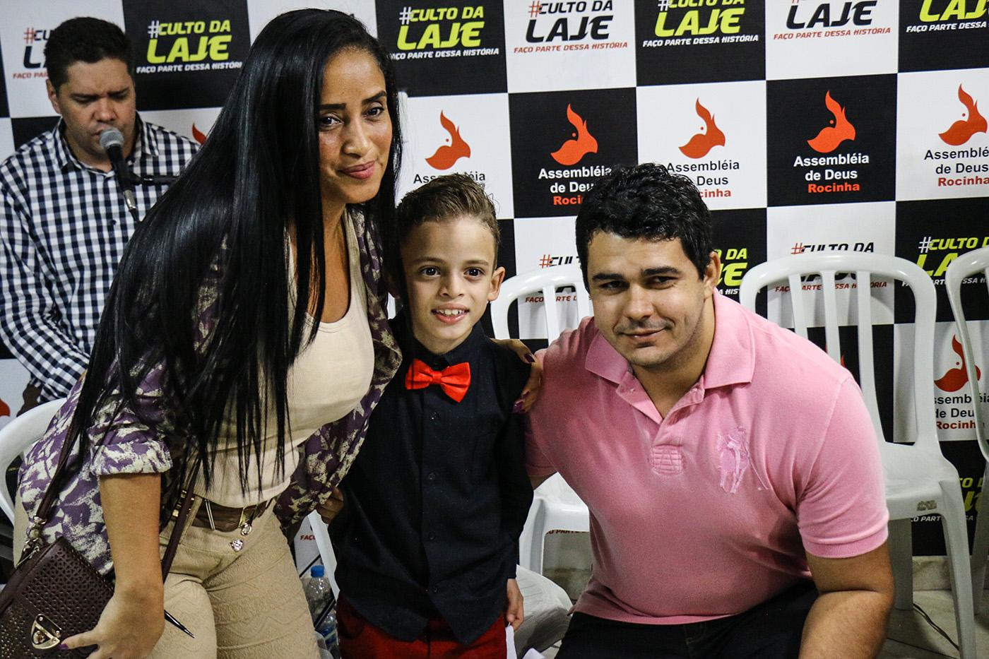 Telle une célébrité, João répond aux demandes de selfies, de photos et d'autographes. (photo Collectif Singulier/8e étage)