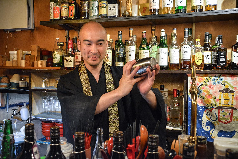Yoshinobu Fujioka tient depuis 18 ans le premier bar à moines de Tokyo.  (photo Margot Garnier/8e étage)