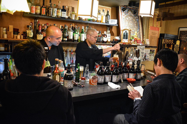 Situé dans le quartier tokyoïte d'Arakicho, le Vowz Bar propose des séances de méditation en plus de la vente d'alcool. (photo Margot Garnier/8e étage)