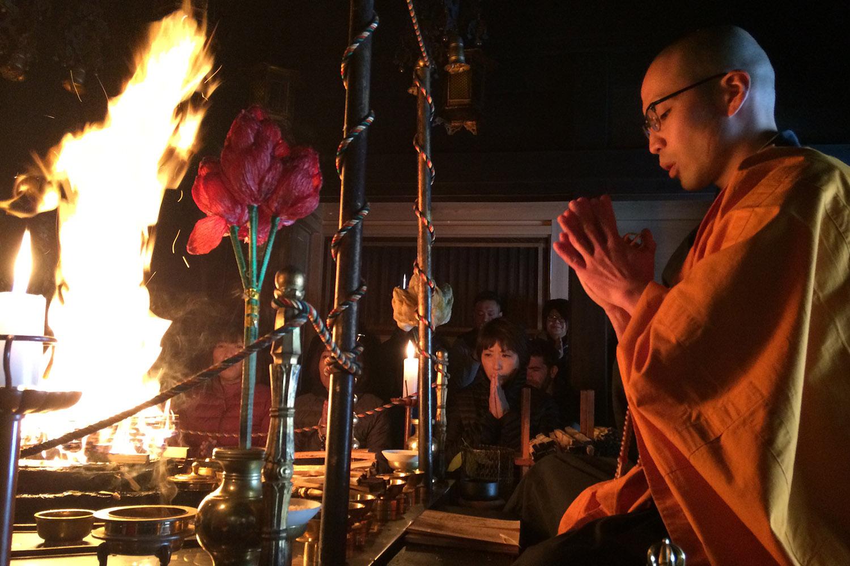 La cérémonie du feu est l'une des activités proposées par le temple Eko-In. (photo Margot Garnier/8e étage)