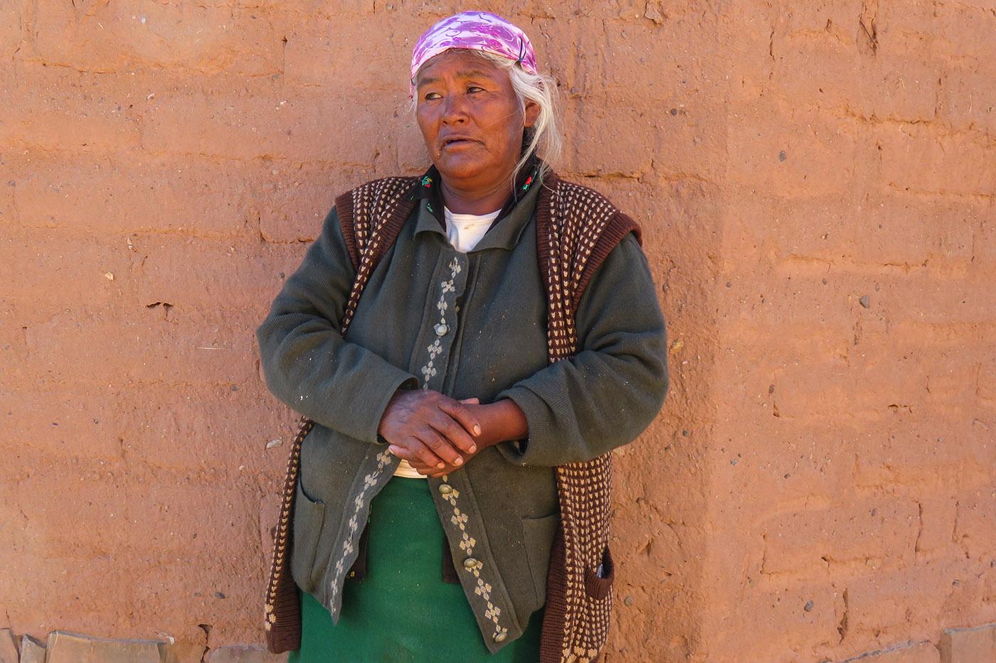 Eusebia Soriano, 64 ans, propriétaire de terres jouxtant le salar d'Olaroz-Cauchari, dit ne jamais avoir été consultée par Sales de Jujuy. Là-bas, ses lamas paissent aujourd'hui encore. Désabusée, la vieille dame n'a pas digéré non plus qu'une fois en activité, la mine n'ait pas embauché ses enfants, sans emploi pour la plupart. (photo Augustin Campos/8e étage)