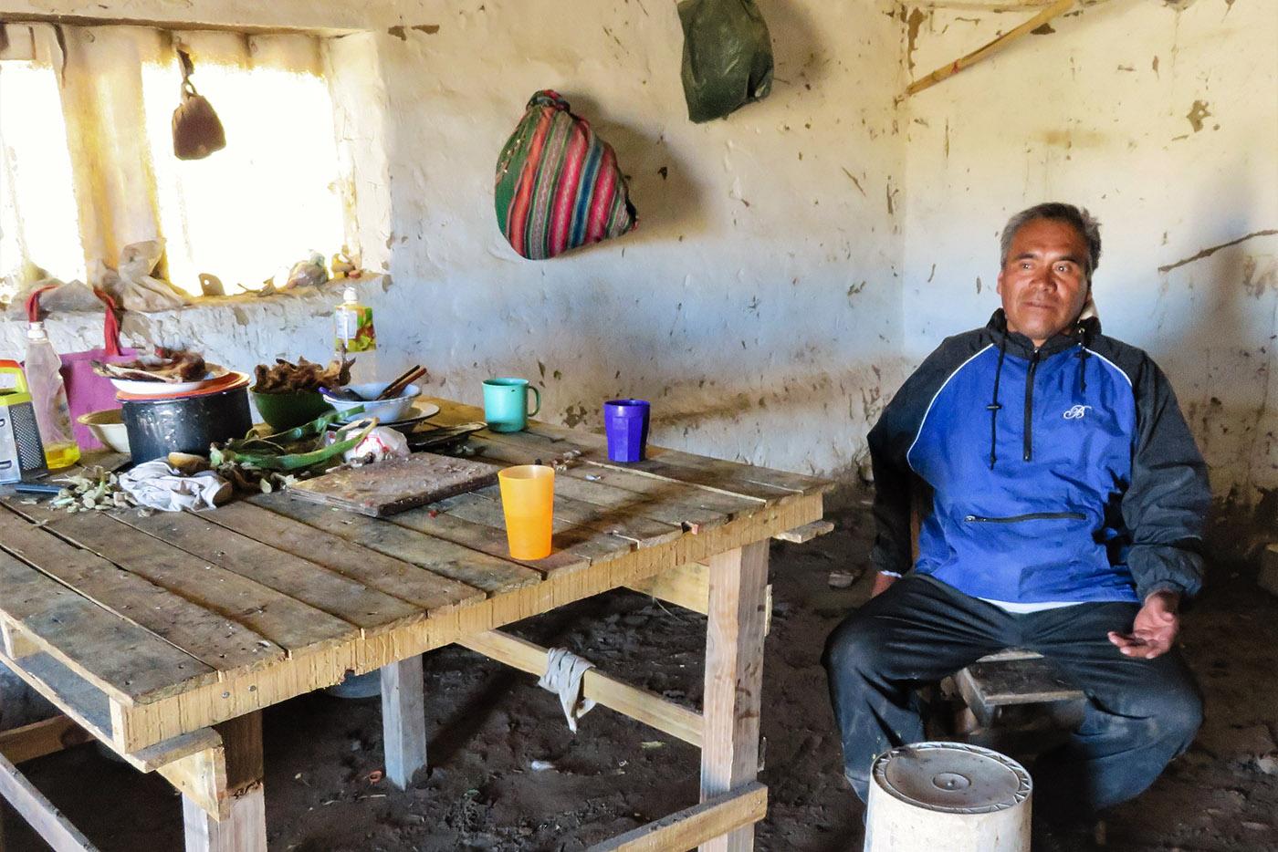 Le leader de la Table des 33 communautés, dans la salle à manger de sa modeste case où il vit une partie de l'année sa grande famille. Dans la pièce, les odeurs se mélangent: celle de la coca, typique de la région, et celle des restes de viande de lama. (photo Augustin Campos/8e étage)