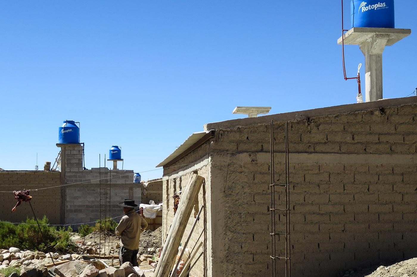 Ici, dans le village d'El Moreno, à 30 km de piste des Salinas Grandes. Dans certains villages, la pénurie de sources d'eau potable a contraint le gouvernement provincial à acheminer l'eau via des camions citernes.  (photo Augustin Campos/8e étage)