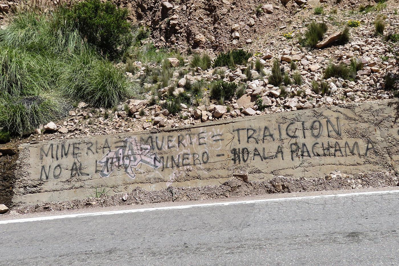 Un tag «Mine = mort = trahison, non au lithium. Non à la Pachamama» sur la très empruntée route 52, qui relie la capitale de la province, San Salvador, au port d'Antofagasta au Chili. Le «Non» a été rajouté sur un «Oui». Sur le seul axe asphalté de la Puna, les camions de marchandises côtoient les touristes et les bus locaux.  (photo Augustin Campos/8e étage)