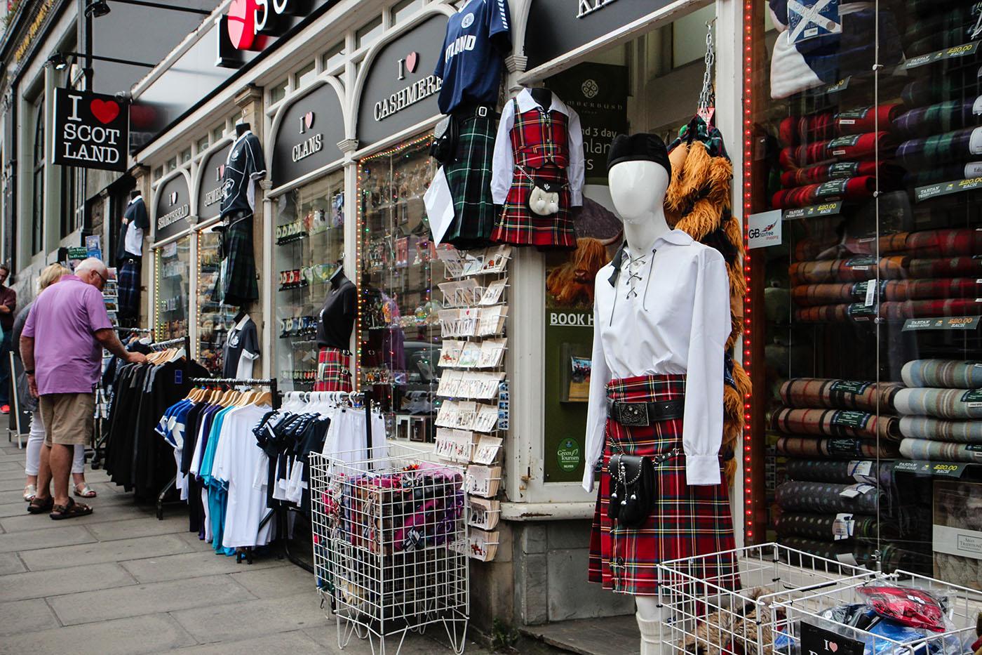 Dans le centre d'Edimbourg, les magasins de souvenirs remplacent peu à peu les commerces de proximité. (photo Julie Jeunejean/8e étage)