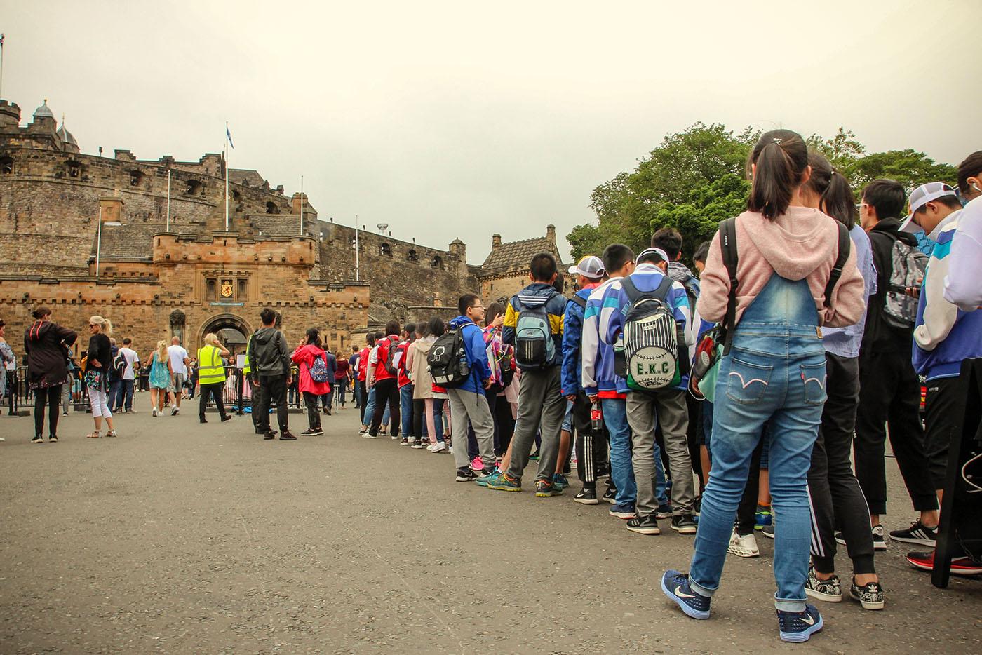 Au sommet du Royal Mile, la foule des visiteurs patiente devant le château d'Edimbourg.  (photo Julie Jeunejean/8e étage)