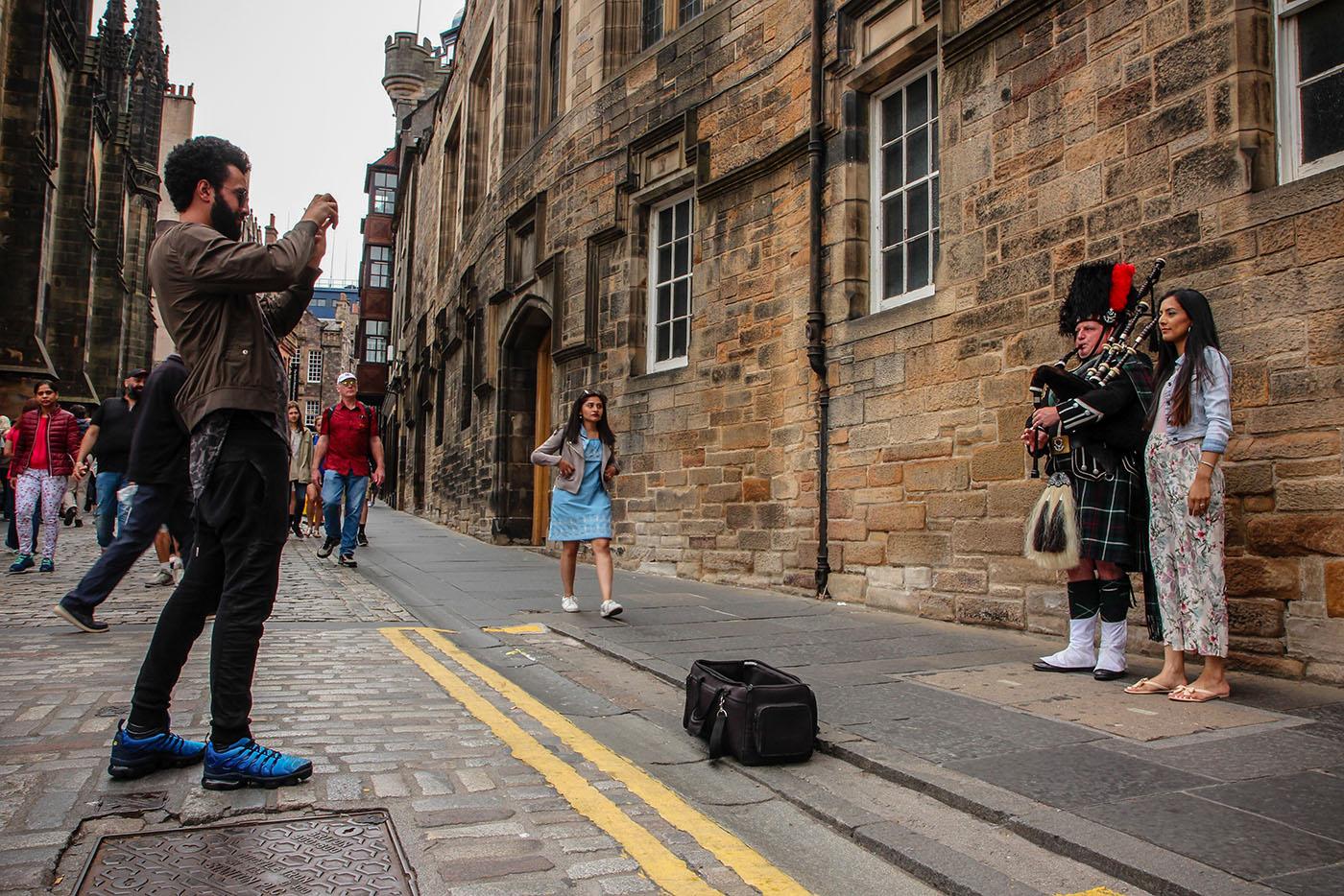 Avant de visiter le château d'Edimbourg, photo souvenir avec un joueur de cornemuse. (photo Julie Jeunejean/8e étage)